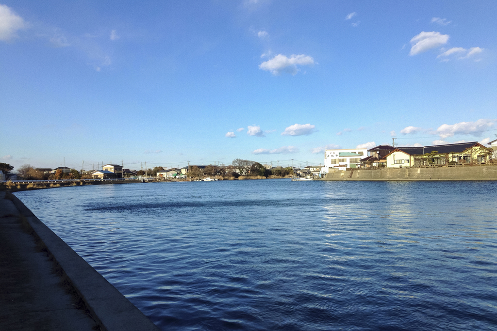 涸沼川と住宅 涸沼橋付近