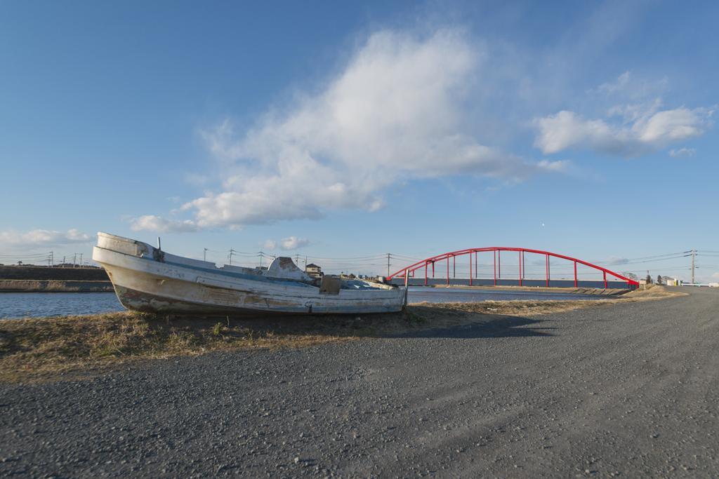 橋と座礁舟