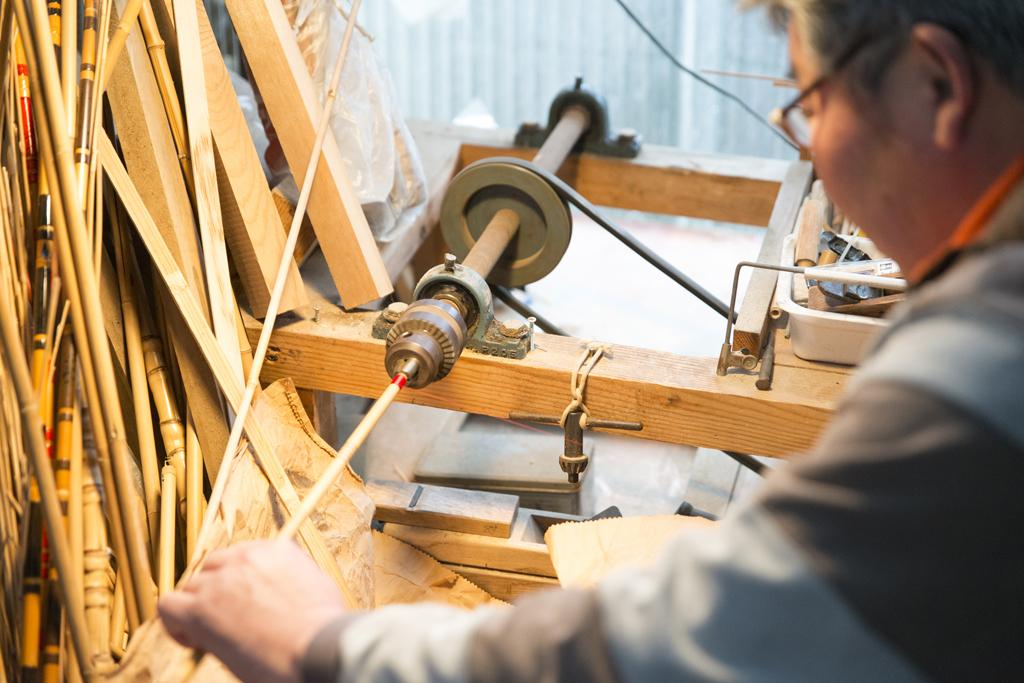 糸と竿・ロクロを回し糸を巻く吉田さん